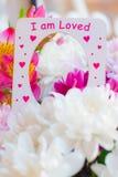Coeur heureux de l'amour avec des fleurs Photos stock