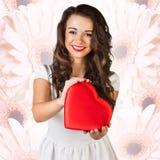 Coeur heureux de rouge de symbole d'amour de prise de femme Image stock