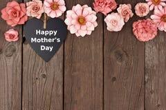 Coeur heureux de tableau de jour de mères avec la frontière de dessus de fleur sur le bois Photos stock