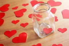 Coeur isolé dans un pot en verre Photo stock