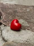 Coeur isolé sur une route photographie stock libre de droits