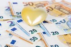 Coeur jaune avec l'euro l'euro note la réflexion argent d'amour Image libre de droits