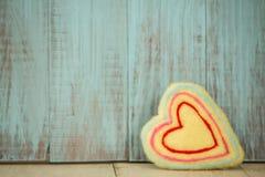 Coeur jaune d'amour pour le jour de valentines Photographie stock