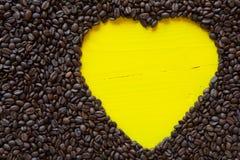 Coeur jaune des grains de café Photo stock