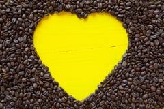 Coeur jaune des grains de café Image libre de droits
