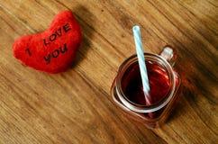 Coeur je t'aime et verre de tasse de grenadine Photos stock