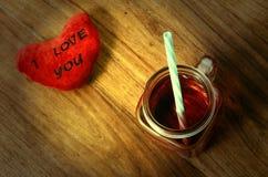 Coeur je t'aime et verre de tasse de grenadine Photographie stock libre de droits