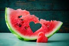 Coeur juteux frais de pastèque au fond en bois de turquoise Saint Valentine, carte de voeux d'amour Photo libre de droits