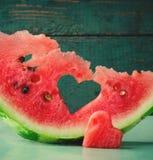 Coeur juteux frais de pastèque au fond en bois de turquoise Saint Valentine, carte de voeux d'amour Photographie stock libre de droits