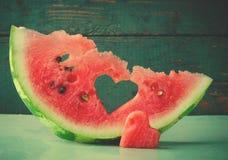 Coeur juteux frais de pastèque au fond en bois de turquoise Saint Valentine, carte de voeux d'amour Photos libres de droits