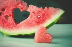 Coeur juteux frais de pastèque au fond en bois de turquoise Saint Valentine, carte de voeux d'amour Photo stock