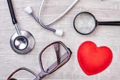 Coeur, loupe et stéthoscope rouges Photo libre de droits