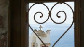 Coeur martelé dans le châssis de fenêtre avec la vieille croix d'église derrière, l'amour et le mariage clips vidéos