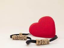 Coeur mignon sur un fond blanc avec la signature de l'amour Photo libre de droits