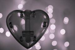 Coeur noir et blanc au-dessus de fond brouillé d'effet de bokeh Image stock