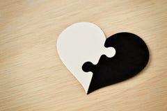 Coeur noir et blanc de puzzle - concept d'antiracisme Photographie stock