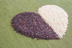 Coeur noir et blanc de riz images stock