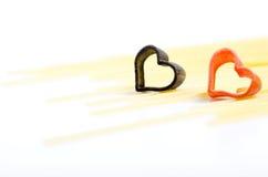 Coeur noir et rouge sur des pâtes d'Italien de fond de pâtes Photos libres de droits
