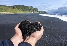 Coeur noir islandais sur la plage noire de sable Vik, Islande Photos stock