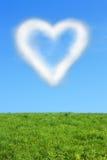 Coeur-nuage sur le ciel bleu Image libre de droits