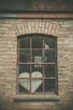 Coeur oublié d'amour dans une fenêtre Photos libres de droits