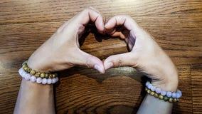 Coeur par des mains du ` s d'amant Photographie stock libre de droits