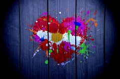 Coeur peint avec les peintures multicolores sur le bois photographie stock