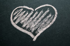 Coeur peint par blanc sur un fond noir Images libres de droits