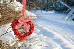 Coeur peint sur la neige, fond blanc des histoires d'amour Image libre de droits