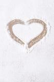 Coeur peint sur le contexte du sucre en poudre, vertical Image stock