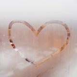 Coeur peint sur une fenêtre misted Pluie d'automne, inscription sur le verre en sueur Image libre de droits