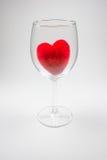 Coeur pelucheux de velours rouge dans le Stemware sur un fond blanc Photos libres de droits