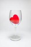 Coeur pelucheux de velours rouge dans le Stemware sur un fond blanc Images libres de droits