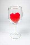 Coeur pelucheux de velours rouge dans le Stemware sur un fond blanc Photo libre de droits
