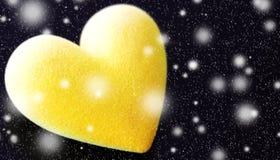 Coeur pelucheux jaune avec des chutes de neige images libres de droits