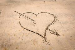 Coeur percé dans le sable Image libre de droits