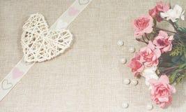 Coeur, perles et roses - amour et concept de jour de ` s de Valentine Photographie stock