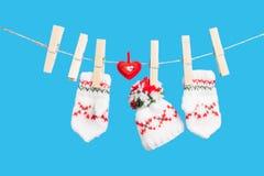 Coeur, pinces à linge, deux gants et chapeau Images stock