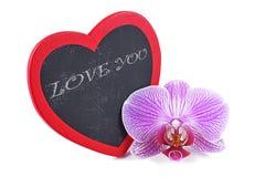 Coeur, plaque en bois au coeur de forme et orchidées, jour du ` s de Valentine Images stock