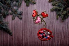 Coeur pour des valentines composées de boutons sur le conseil foncé Image stock