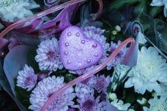 coeur pourpre avec le plan rapproché décoratif de chrysanthème de perles, fond floral Photographie stock libre de droits