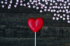 Coeur pourpre et table en bois Photo stock