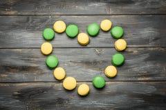 Coeur présenté des macarons sur la table en bois Déclaration romantique de l'amour Jour du `s de Valentine Photo libre de droits