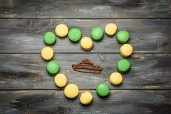 Coeur présenté des macarons sur la table en bois Déclaration romantique de l'amour Jour du `s de Valentine Images libres de droits