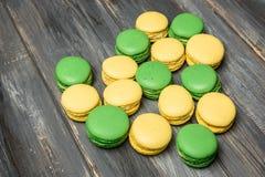 Coeur présenté des macarons sur la table en bois Déclaration romantique de l'amour Jour du `s de Valentine Image libre de droits