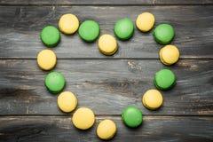 Coeur présenté des macarons sur la table en bois Déclaration romantique de l'amour Jour du `s de Valentine Photographie stock libre de droits