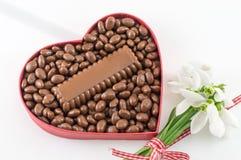 Coeur rempli du chocolat Photographie stock