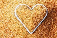 Coeur rempli du sucre de canne brun Images libres de droits