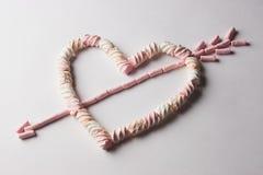 Coeur romantique avec la flèche faite à partir de la guimauve Photos stock