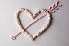 Coeur romantique avec la flèche faite à partir de la guimauve Photographie stock